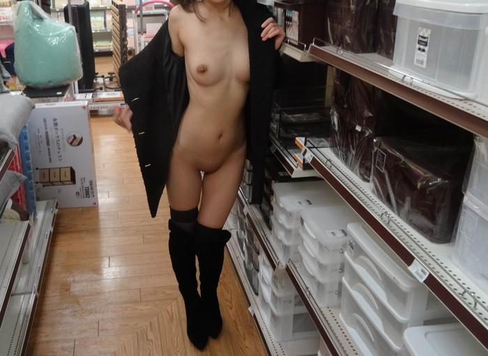 【店内露出エロ画像】営業中の店内で露出とか正気とは思えないwww 26