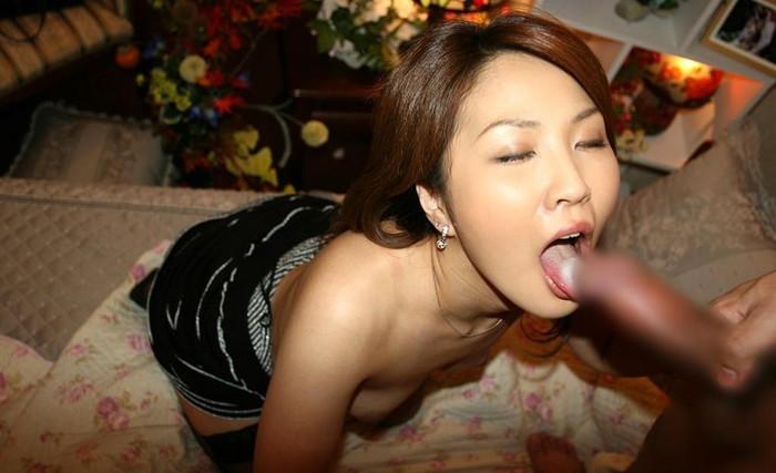 【口内射精エロ画像】美女たちが口内で濃厚ザーメンを味わう衝撃画像集w 21