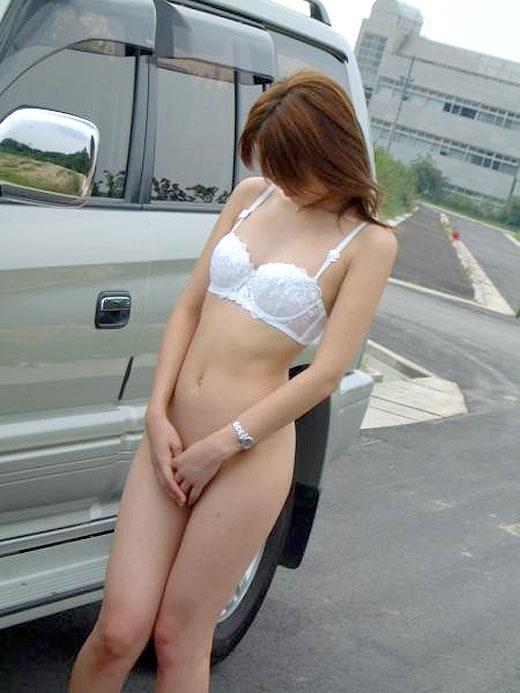 【素人野外露出エロ画像】素人娘たちが野外で素っ裸晒しているってマジか!?w 08