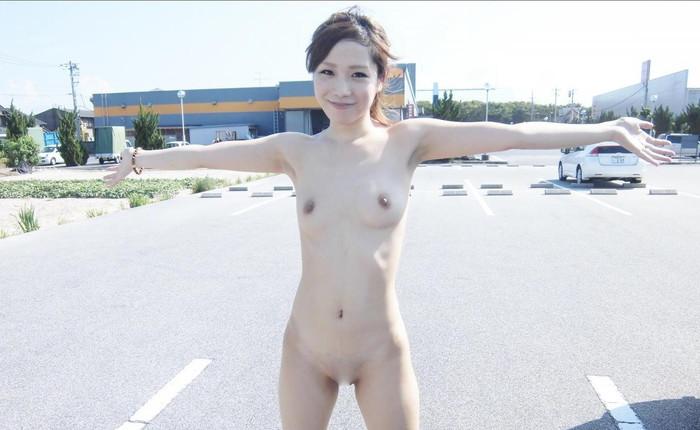 【素人野外露出エロ画像】素人娘たちが野外で素っ裸晒しているってマジか!?w 10