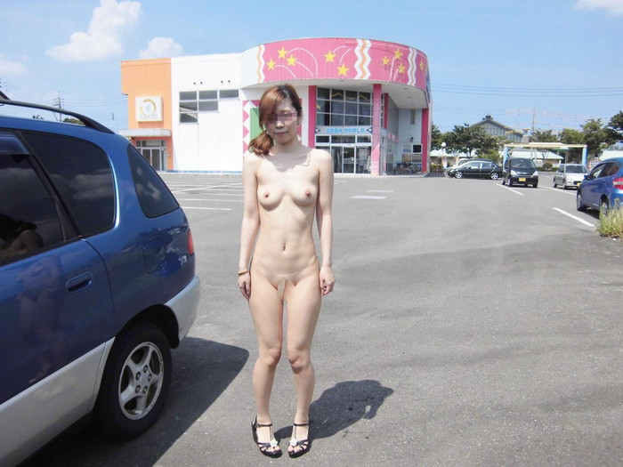 【素人野外露出エロ画像】素人娘たちが野外で素っ裸晒しているってマジか!?w 11
