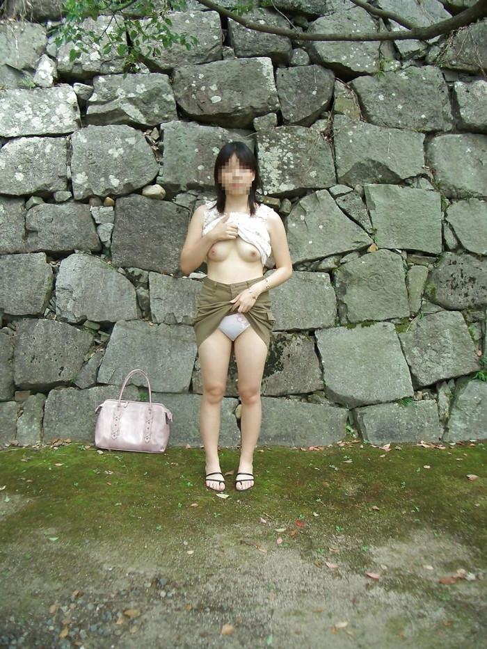 【素人野外露出エロ画像】素人娘たちが野外で素っ裸晒しているってマジか!?w 12