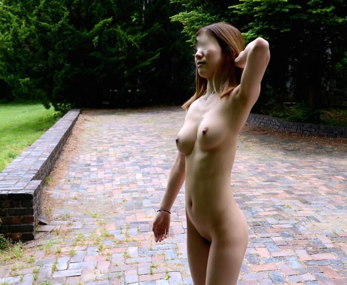 【素人野外露出エロ画像】素人娘たちが野外で素っ裸晒しているってマジか!?w 15