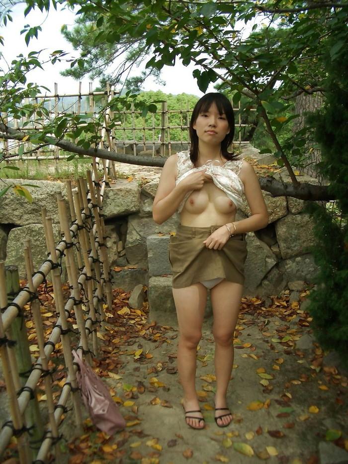 【素人野外露出エロ画像】素人娘たちが野外で素っ裸晒しているってマジか!?w 16