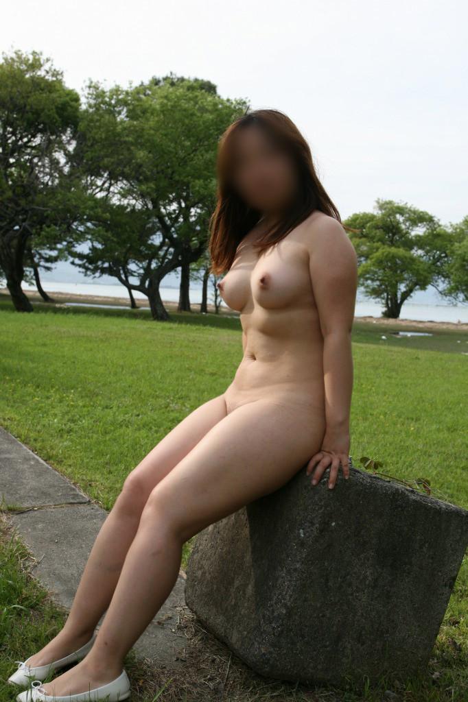 【素人野外露出エロ画像】素人娘たちが野外で素っ裸晒しているってマジか!?w 17