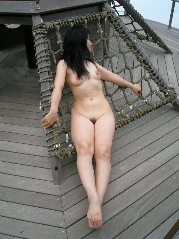 【素人野外露出エロ画像】素人娘たちが野外で素っ裸晒しているってマジか!?w 25