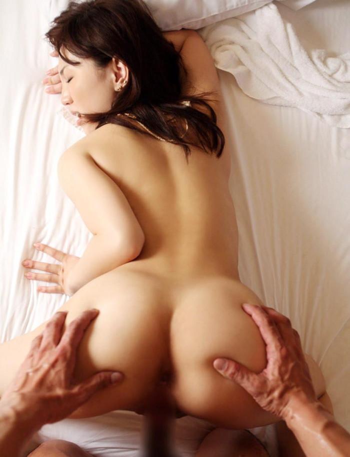【バックエロ画像】女の子の尻と結合部を眺めてセックスする体位がコチラww 18