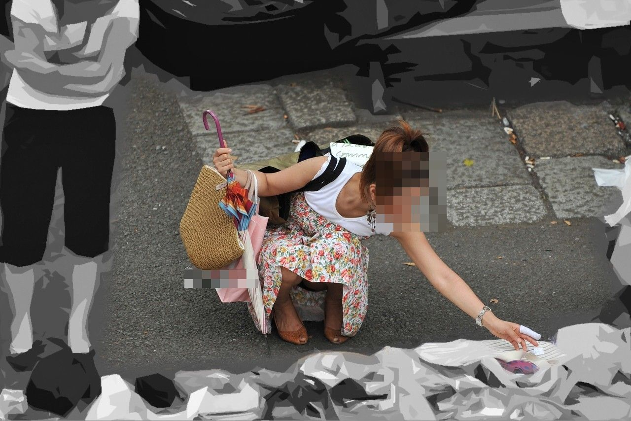 【街撮りパンチラエロ画像】街中でパンチラしている素人娘たちを激写!