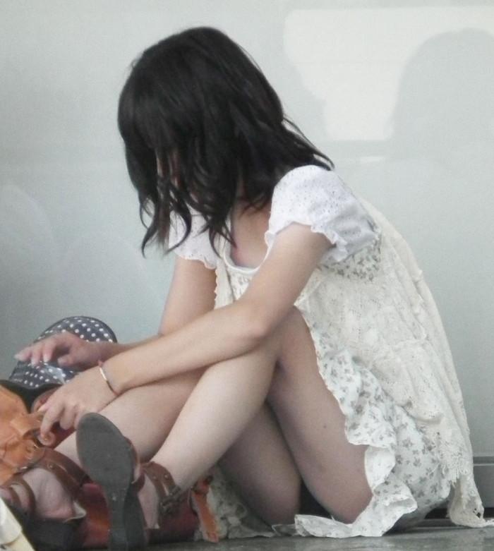 【街撮りパンチラエロ画像】街中でパンチラしている素人娘たちを激写! 04