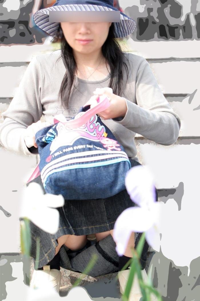 【街撮りパンチラエロ画像】街中でパンチラしている素人娘たちを激写! 09