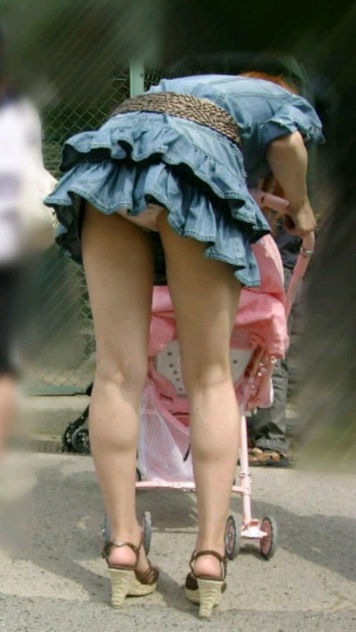 【街撮りパンチラエロ画像】街中でパンチラしている素人娘たちを激写! 14