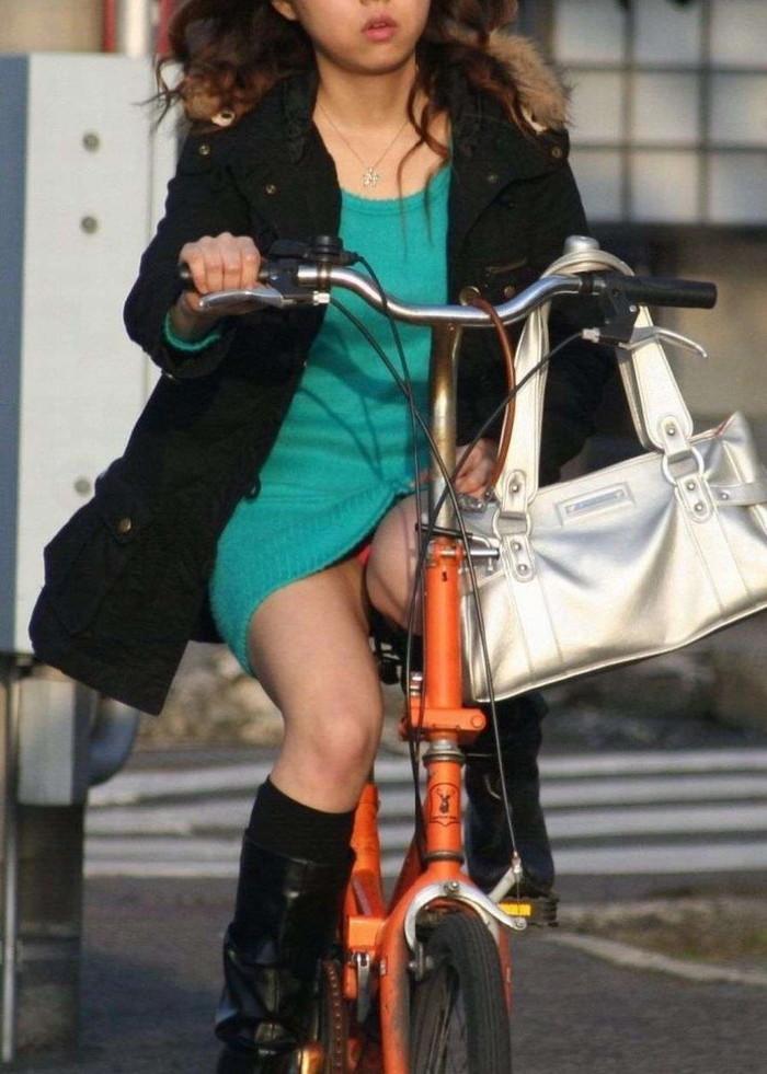 【街撮りパンチラエロ画像】街中でパンチラしている素人娘たちを激写! 18
