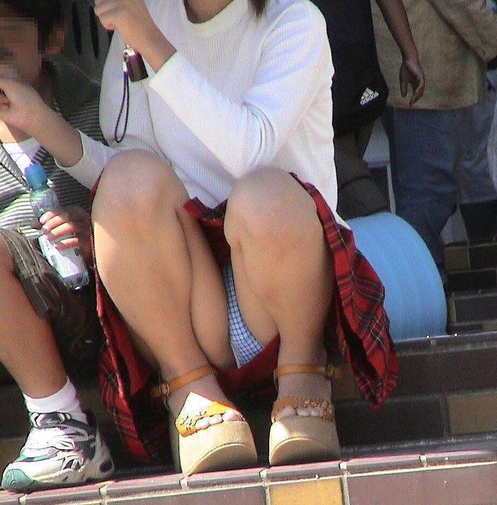 【街撮りパンチラエロ画像】街中でパンチラしている素人娘たちを激写! 19
