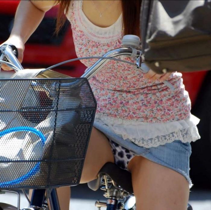 【街撮りパンチラエロ画像】街中でパンチラしている素人娘たちを激写! 25