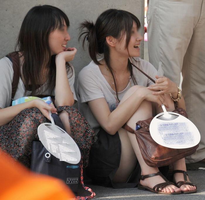 【街撮りパンチラエロ画像】街中でパンチラしている素人娘たちを激写! 26