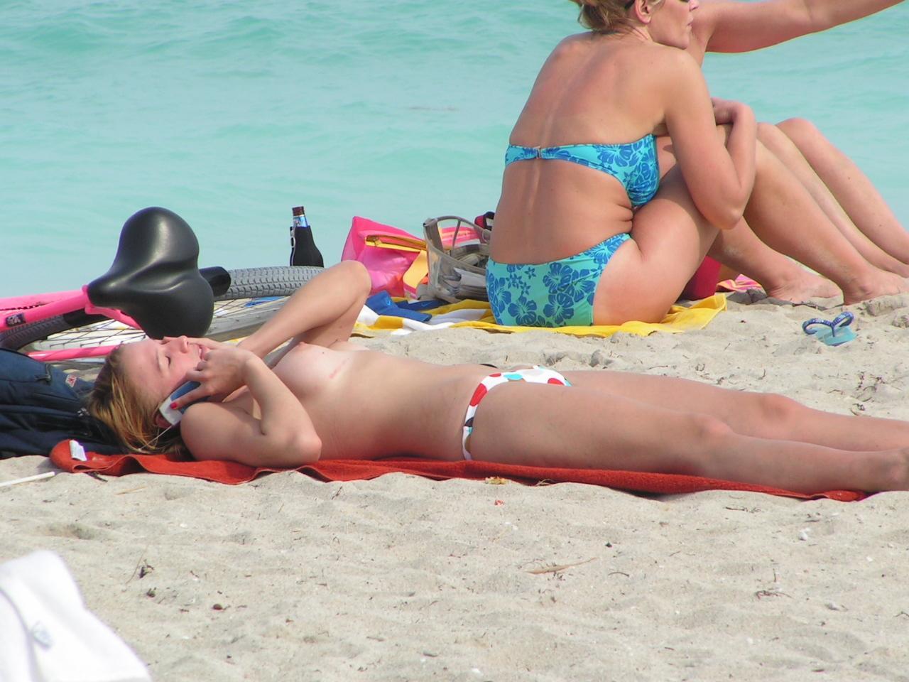 【ヌーディストビーチエロ画像】ヌーディストビーチで女の子の裸は見放題!?