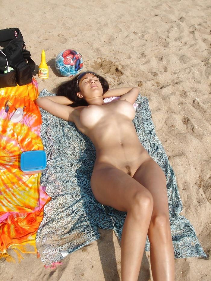 【ヌーディストビーチエロ画像】ヌーディストビーチで女の子の裸は見放題!? 11