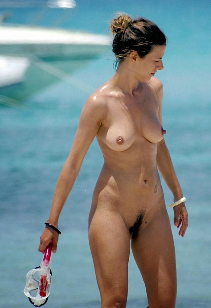 【ヌーディストビーチエロ画像】ヌーディストビーチで女の子の裸は見放題!? 14