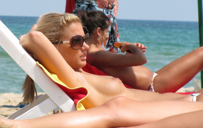 【ヌーディストビーチエロ画像】ヌーディストビーチで女の子の裸は見放題!? 16