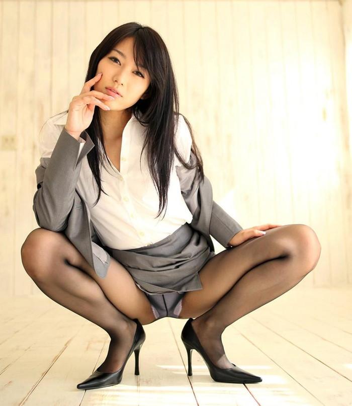 【M字開脚エロ画像】M字に開いた両足!股間強調しすぎてて草wwww 09