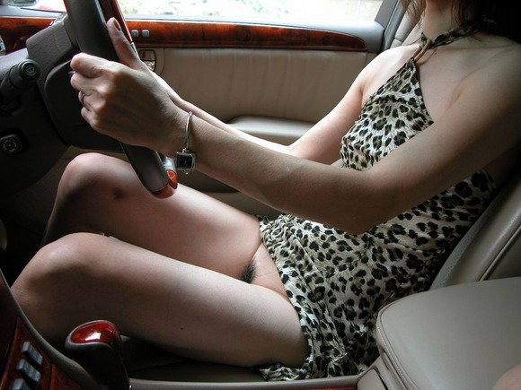 【車内露出エロ画像】屋外は無理でも車内でなら大胆露出する素人娘! 02