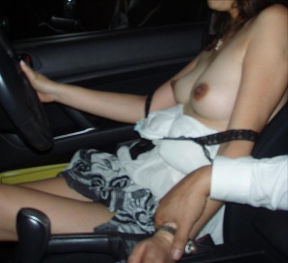 【車内露出エロ画像】屋外は無理でも車内でなら大胆露出する素人娘! 07