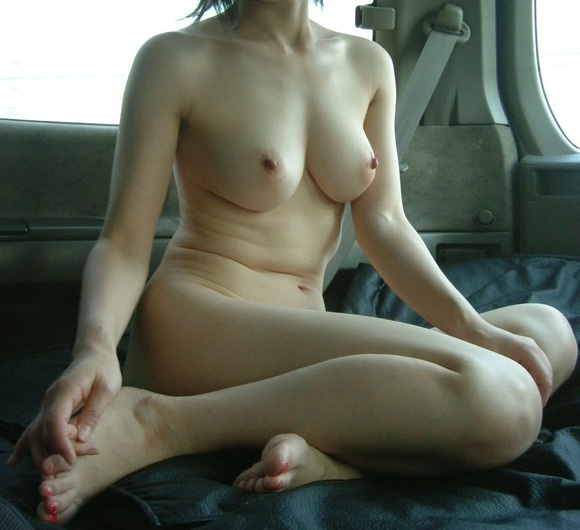【車内露出エロ画像】屋外は無理でも車内でなら大胆露出する素人娘! 08