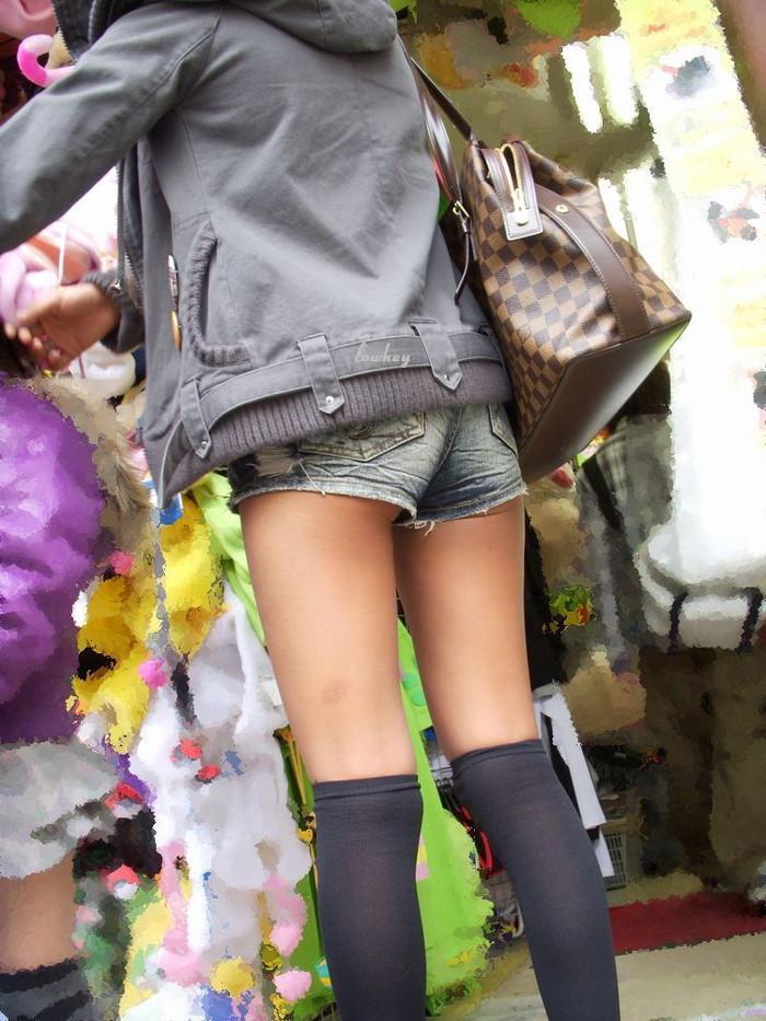 【ホットパンツエロ画像】街行くくホットパンツの女の子たちに視線釘付け! 02