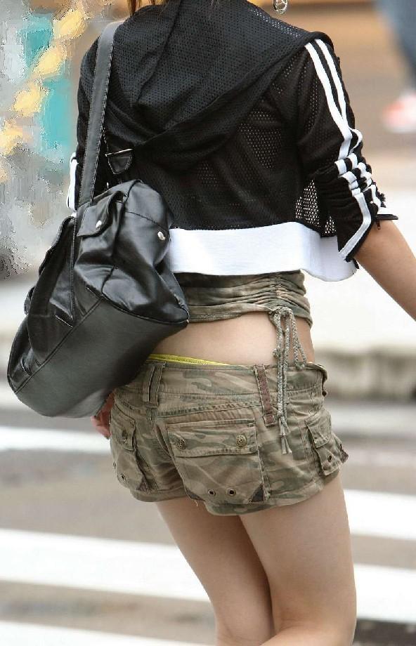 【ホットパンツエロ画像】街行くくホットパンツの女の子たちに視線釘付け! 04