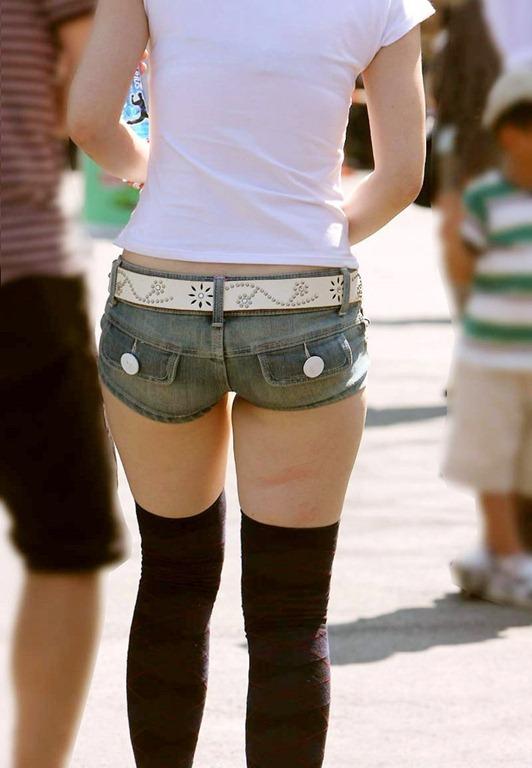 【ホットパンツエロ画像】街行くくホットパンツの女の子たちに視線釘付け! 05