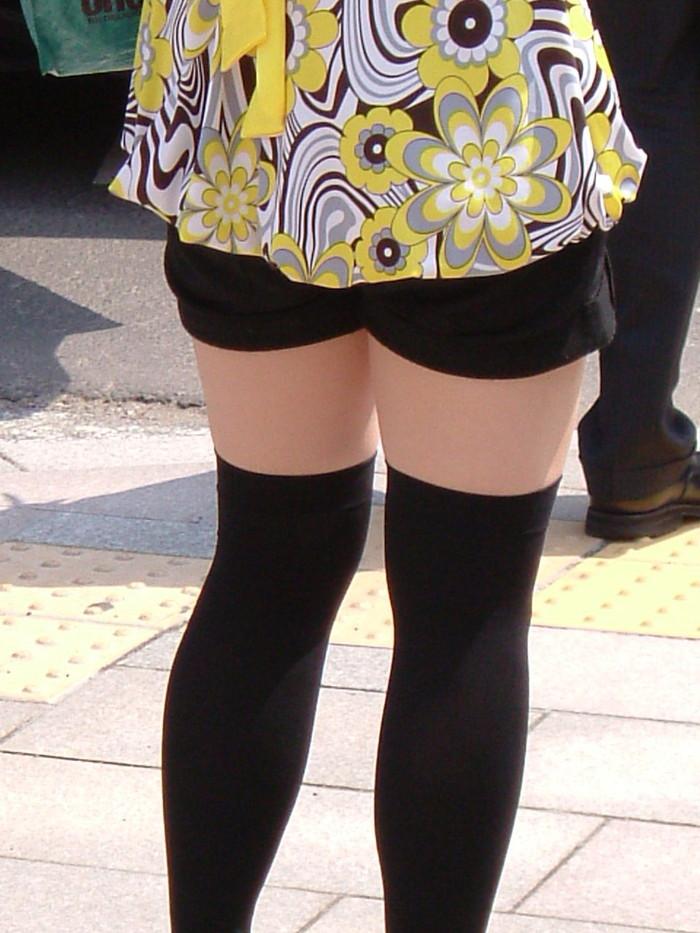【ホットパンツエロ画像】街行くくホットパンツの女の子たちに視線釘付け! 06