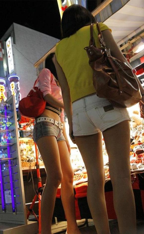【ホットパンツエロ画像】街行くくホットパンツの女の子たちに視線釘付け! 07