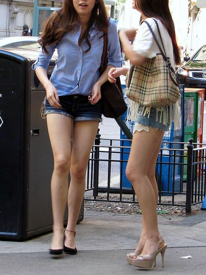 【ホットパンツエロ画像】街行くくホットパンツの女の子たちに視線釘付け! 10