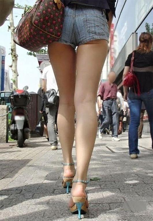 【ホットパンツエロ画像】街行くくホットパンツの女の子たちに視線釘付け! 14