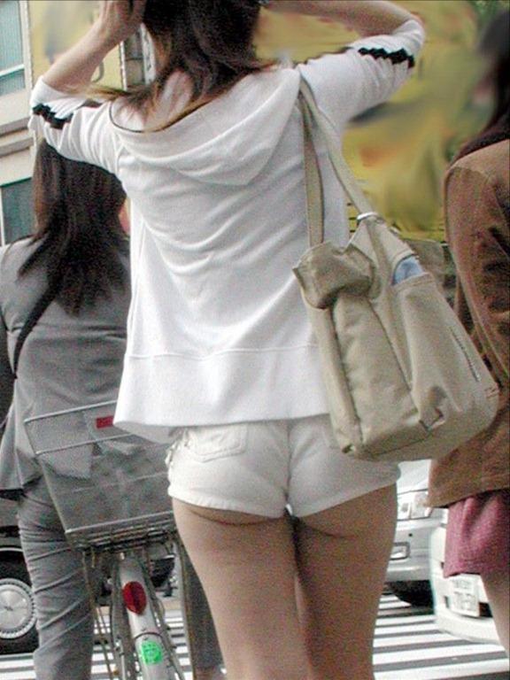 【ホットパンツエロ画像】街行くくホットパンツの女の子たちに視線釘付け! 15