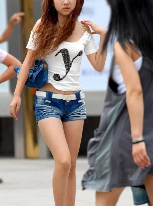 【ホットパンツエロ画像】街行くくホットパンツの女の子たちに視線釘付け! 24