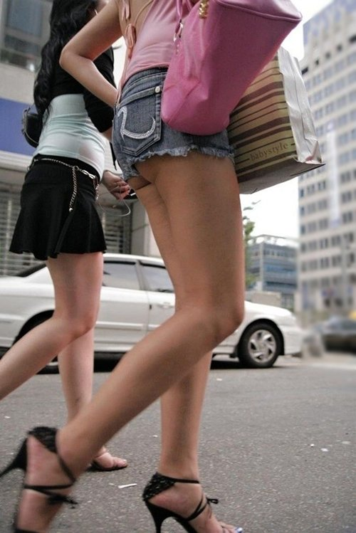 【ホットパンツエロ画像】街行くくホットパンツの女の子たちに視線釘付け! 26