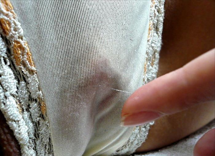 【染みパンエロ画像】パンツの下は大洪水!?見ればわかる!愛液が染みたパンツ… 07