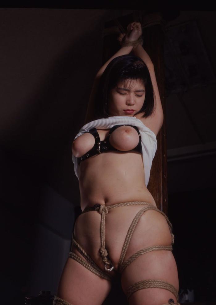 【SM緊縛エロ画像】ロープや拘束具によつて緊縛された女の子たちの艶かしさ! 14