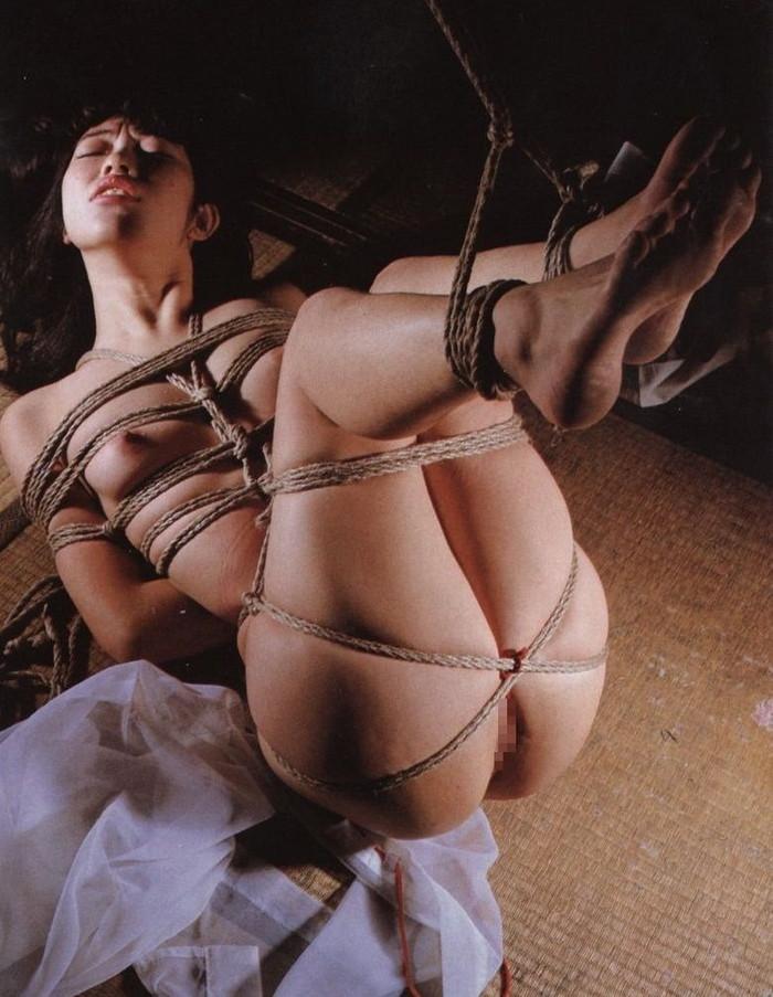 【SM緊縛エロ画像】ロープや拘束具によつて緊縛された女の子たちの艶かしさ! 15