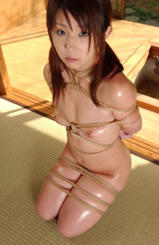 【SM緊縛エロ画像】ロープや拘束具によつて緊縛された女の子たちの艶かしさ! 16