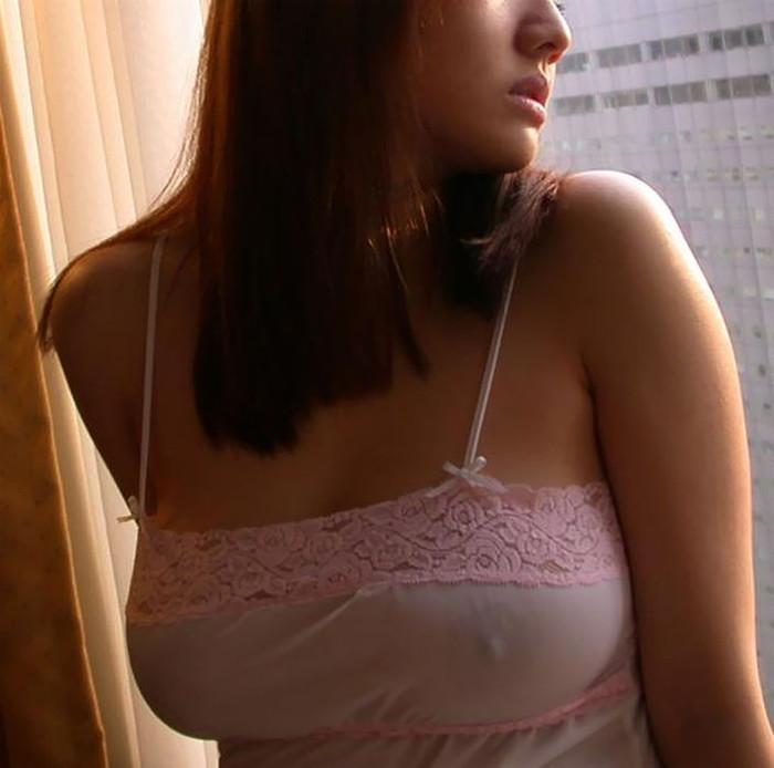 【ノーブラエロ画像】着衣に浮かび上がる乳首!これはエロいぜ!ノーブラ万歳! 23