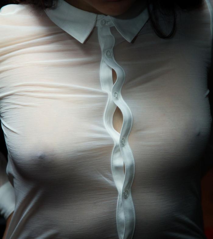 【ノーブラエロ画像】着衣に浮かび上がる乳首!これはエロいぜ!ノーブラ万歳! 25