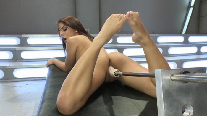 【ファッキングマシーンエロ画像】文字通り機械とセックスしている女の子たち! 02