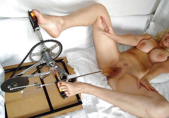 【ファッキングマシーンエロ画像】文字通り機械とセックスしている女の子たち! 19