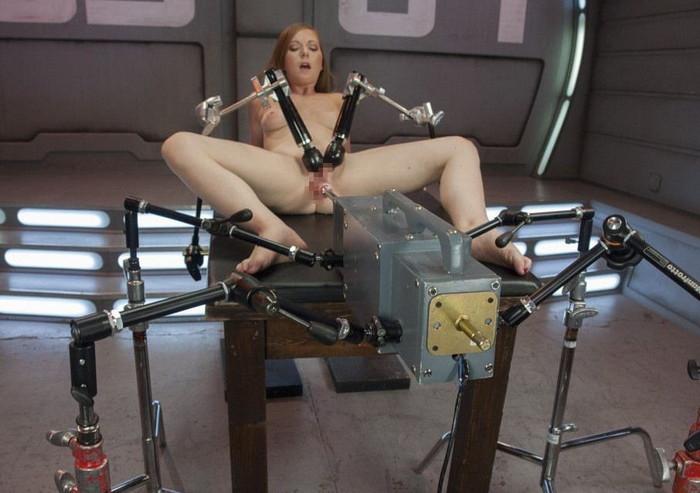 【ファッキングマシーンエロ画像】文字通り機械とセックスしている女の子たち! 21