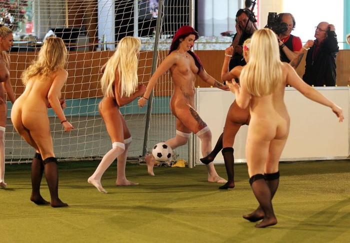 【全裸スポーツエロ画像】全裸で開放感たっぷりのスポーツとか草www 01