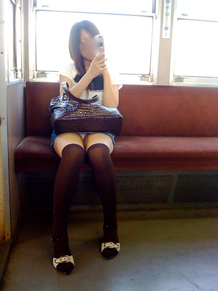 【電車内パンチラ盗撮エロ画像】電車内で対面に座った女のパンチラ狙ってみた! 02