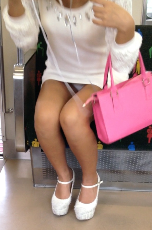【電車内パンチラ盗撮エロ画像】電車内で対面に座った女のパンチラ狙ってみた! 03