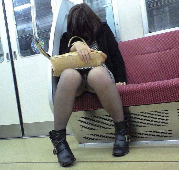 【電車内パンチラ盗撮エロ画像】電車内で対面に座った女のパンチラ狙ってみた! 05